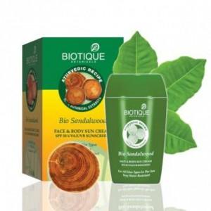 """Bio Sandalwood (Био Сандал) Солнцезащитный, водоустойчивый, питательный крем с SPF 50 для лица и тела """"Biotique"""""""